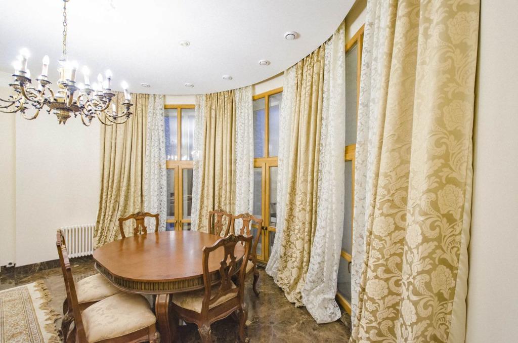 В коттедже — три этажа и восемь комнат