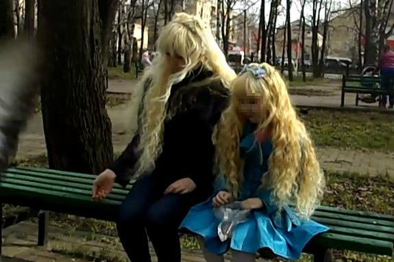 Сходства дочерей с собой женщина добивалась с помощью краски для волос и похожих причёсок