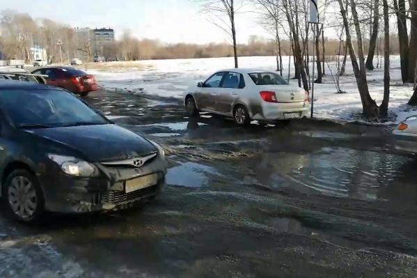 Жители новых микрорайонов в Ленинском районе пробираются к себе домой каждый день как по фронтовой дороге