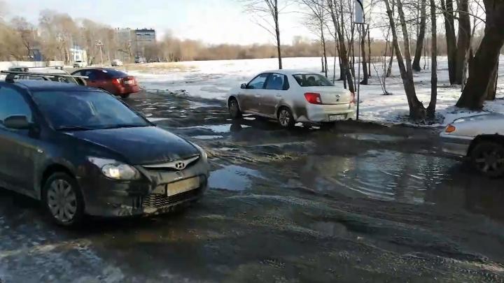 «Асфальт не может сойти со снегом»: в челябинской мэрии ответили на претензии к дороге в микрорайон