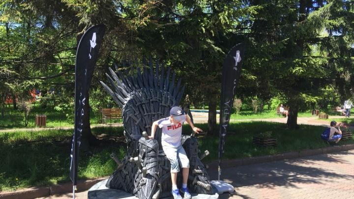 В парке выстроилась очередь из желающих сфотографироваться на троне как в «Игре престолов»