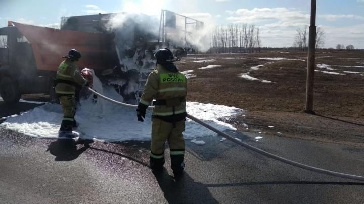 Под Уфой пожарные залили пеной всю дорогу,чтобы потушить горящий КАМАЗ