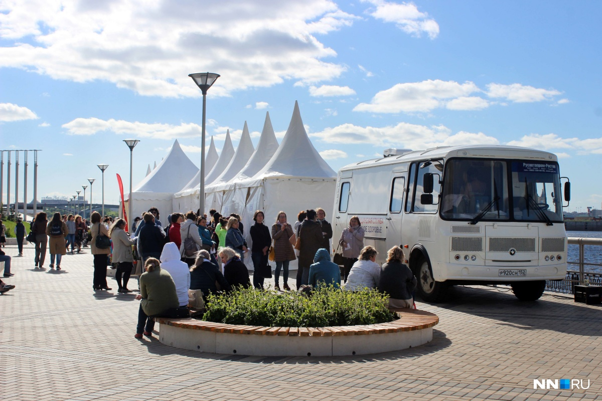 В шатрах принимали специалисты, а в автобусе находился передвижной УЗИ-кабинет