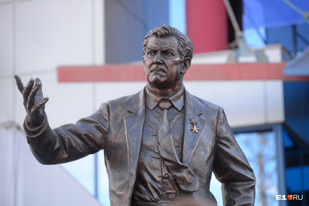Медаль Героя Труда, которую попросил «исправить» Карполь, была вручена тренеру в апреле прошлого года. При этом, по словам скульптора, тренер в скульптурной группе изображен «в возрасте одной из своих первых побед» — на Олимпиаде в Сеуле