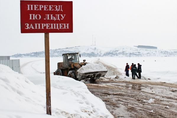 На берегу насыплют побольше снега, чтобы местные жители не ездили по закрытой переправе