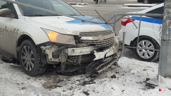 На перекрестке у ТЦ «Вояж» водитель Chevrolet Cruze сбил пенсионерку