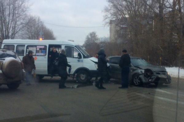 Один из участников аварии явно поторопился выезжать на перекресток