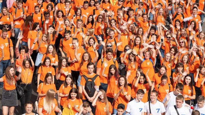 Минни-Маус, трубачи и строители: смотрим лучшие фото с парада студенчества в Волгограде