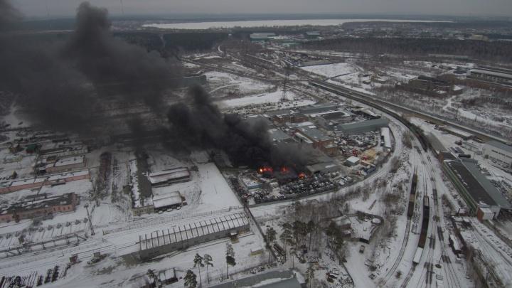 Огонь охватил огромную площадь, были взрывы: онлайн с пожара на Эльмаше