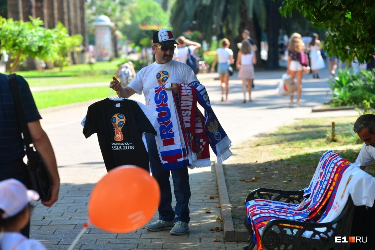 Футболки и шарфы футбольных болельщиков продают прямо на улице