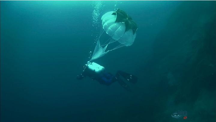 Подводный десантник: уральский дайвер нырнул под лёд с парашютом за спиной