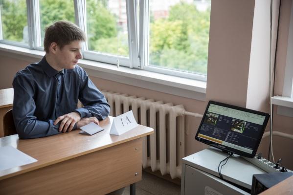 Вместе с камерами власти закупают ноутбуки и компьютеры, которые будут транслировать видео из аудиторий
