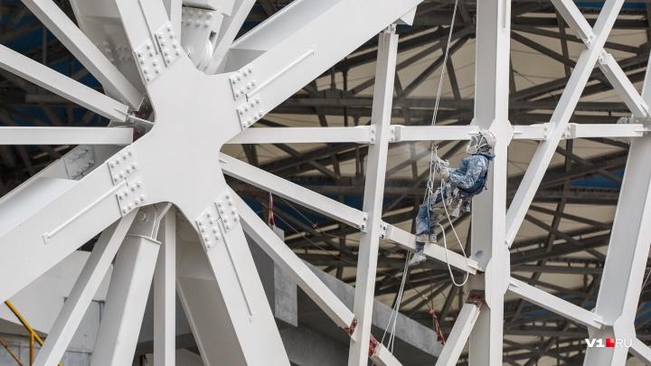 Строители стадиона «Волгоград Арена» заплатят миллион рублей за два забрызганных краской BMW