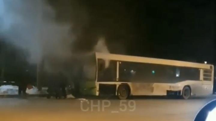 На остановке в Перми задымился автобус