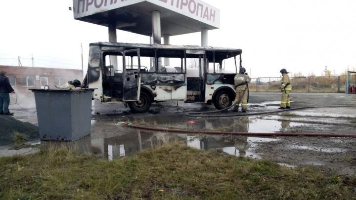 На автозаправке в Челябинской области сгорел пассажирский автобус