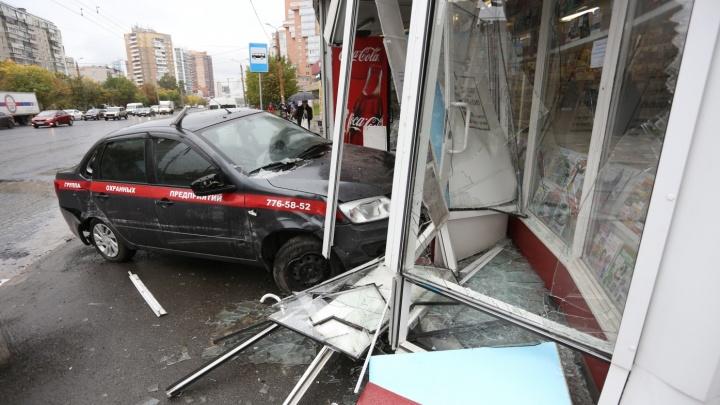 «Визг тормозов и скрежет»: очевидцы рассказали, как машина челябинского ЧОПа влетела в «Роспечать»