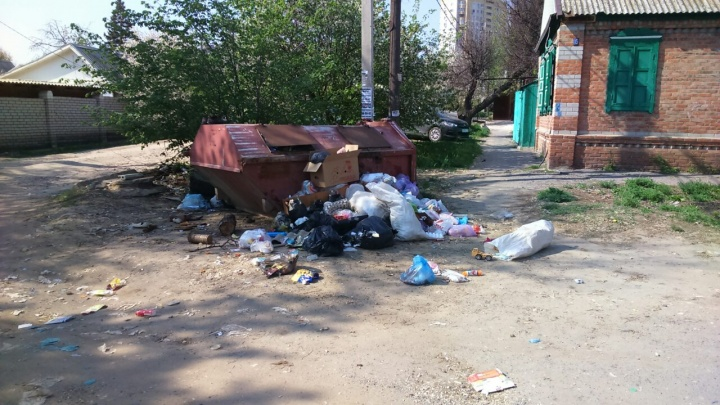 «Мусор не вывозится по три недели»: в Советском районе Волгограда жители страдают от смрада