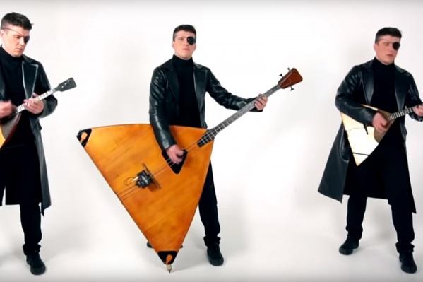 Андрей использует для записи каверов три балалайки