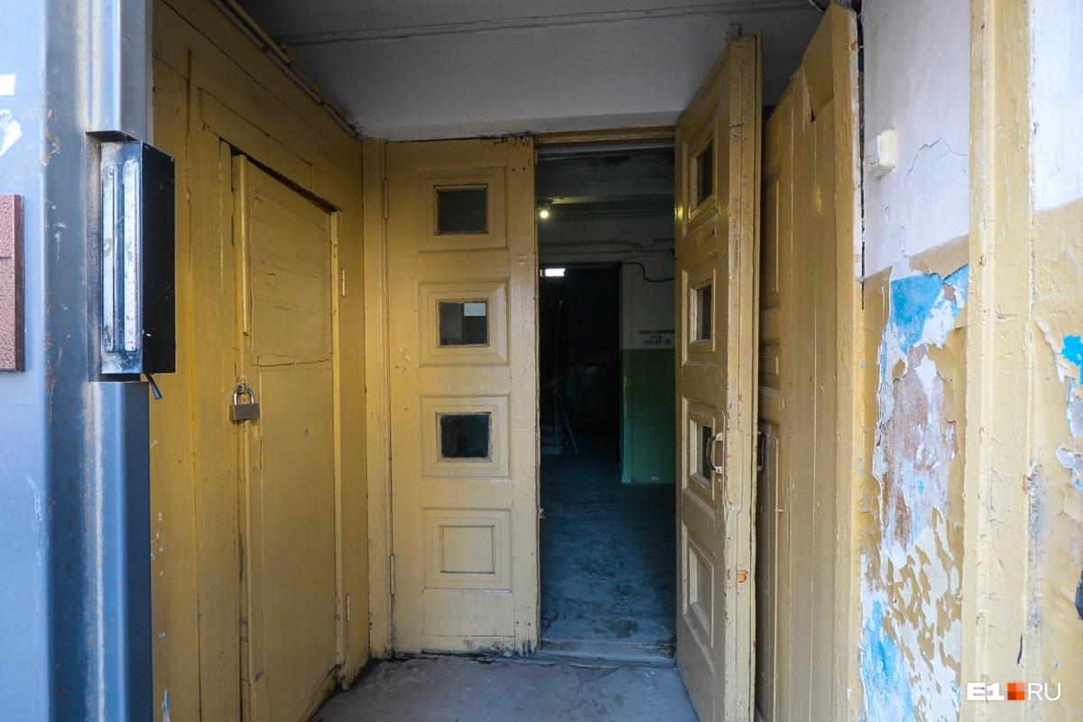 Попадаем в еще один подъезд. Нам открывают дверь через домофон, услышав, что мы журналисты. Тут всего четыре квартиры
