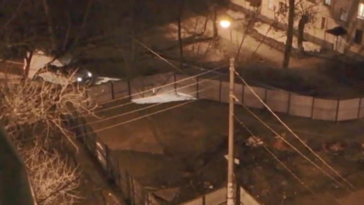«Так ведь умрешь!»: проезд скорой задержала охрана на стройке гостиницы у Ярмарки