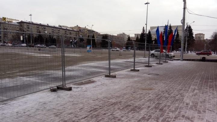 На площади Ленина перекрыли парковку