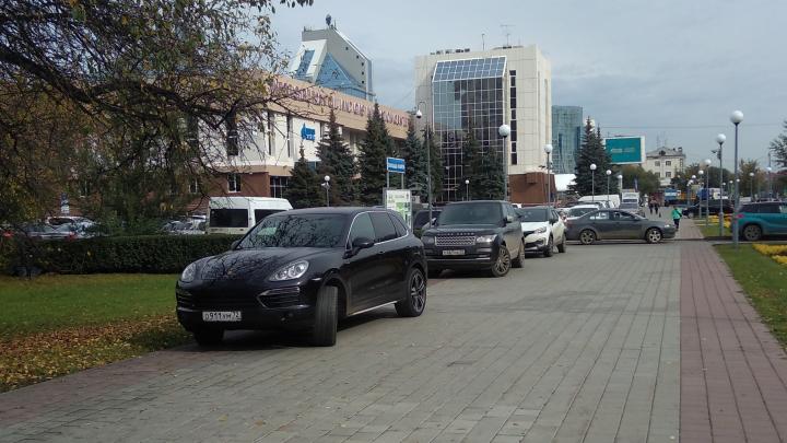 «Я паркуюсь, как...»: дорогие машины на тротуаре в центре Тюмени и оккупированная дорожка