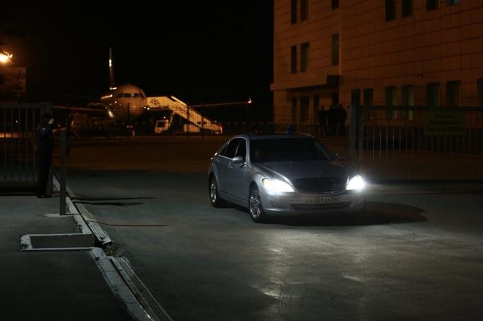 Андрей Травников уехал из аэропорта Толмачёво на служебном «Мерседесе»