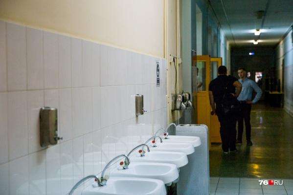 В школах требуют поменять сантехнику и пустить горячую воду к умывальникам