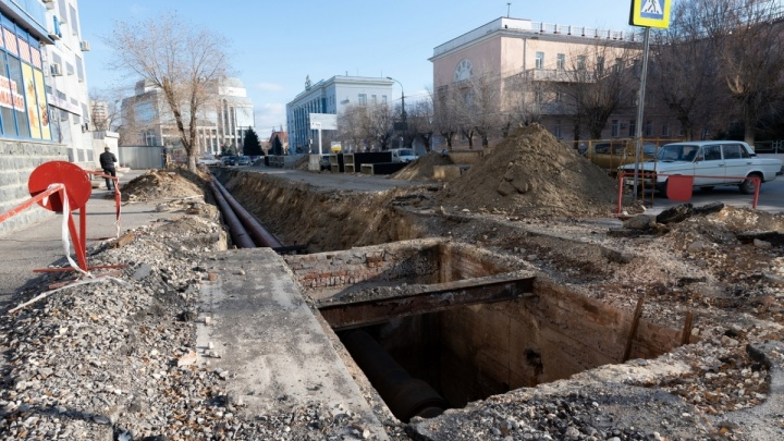 «Начали заматывать трубы»: после публикации V1.ru в траншеях на Коммунистической появились рабочие
