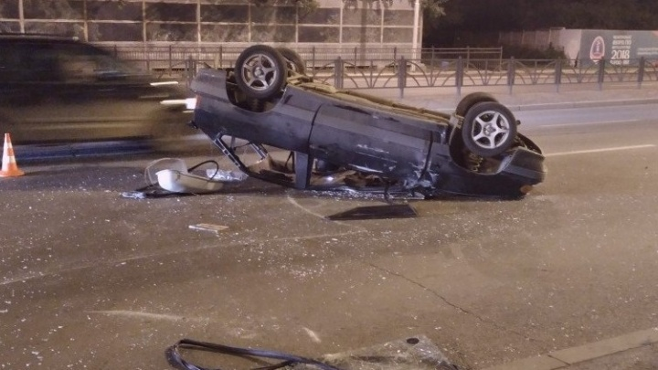 """На Луганской водитель """"тринадцатой"""" попал в аварию, бросил пассажирку с переломом и сбежал"""