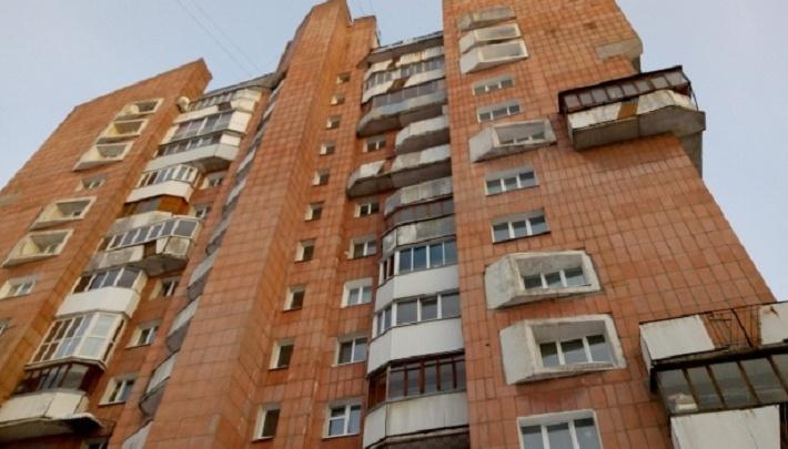 В дом, расселенный из-за рухнувшей крыши, вернулись жильцы — сейчас там топит лифт и квартиры