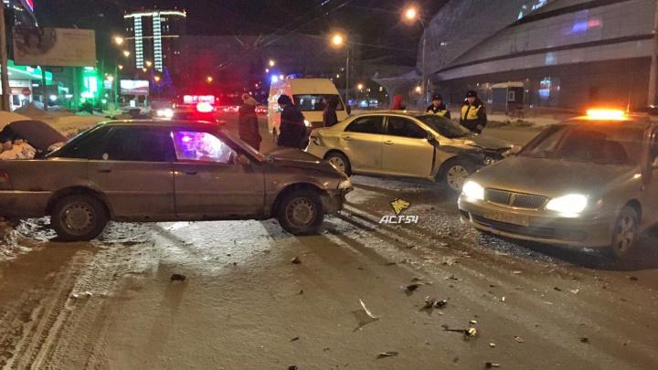 В Заельцовском районе водитель «Тойоты» вылетел с трамвайных путей и врезался в «Хонду» — пострадала девушка