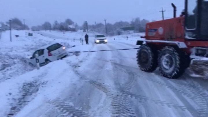 В Неклиновском районе сотрудники полиции пришли на помощь женщине, попавшей в аварию
