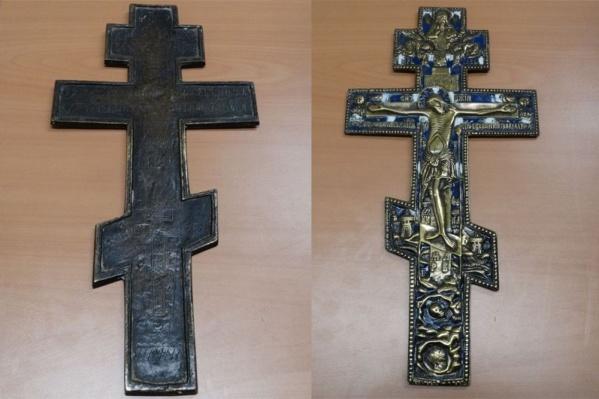 Крест сделан из металла