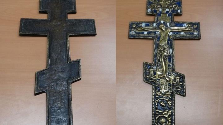 В аэропорту Курумоч поймали пассажира, который пытался незаконно вывезти в Израиль старинный крест