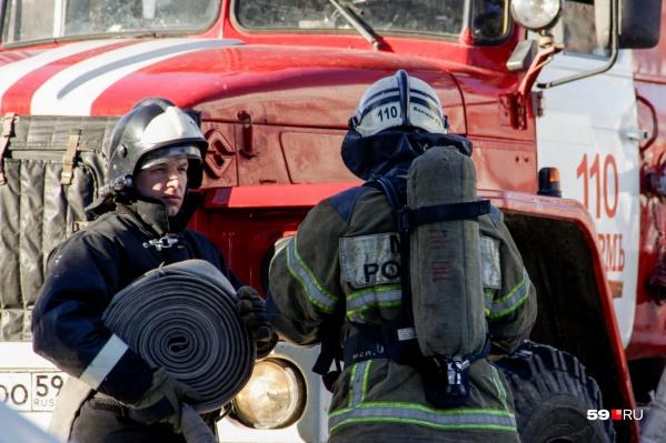 На месте происшествия работали тринадцать пожарных