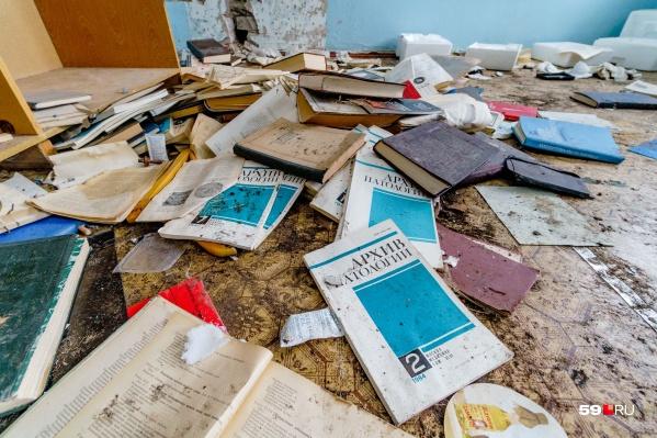 Книги достали из шкафа и разбросали по полу