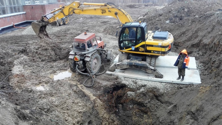 Труба слишком глубоко: коммунальщики объяснили, почему десятки домов на Эльмаше со вторника без воды