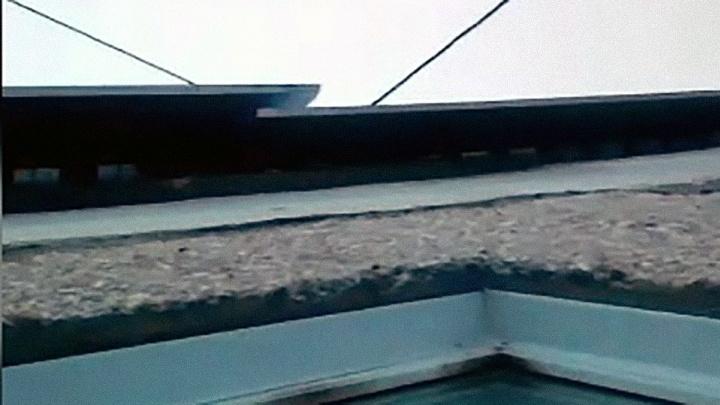 «Вся округа слышит»: рабочие бросили листы железа на крыше дома — они гремят из-за сильного ветра