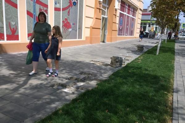 Плитку меняют на пересечении с переулком Газетным