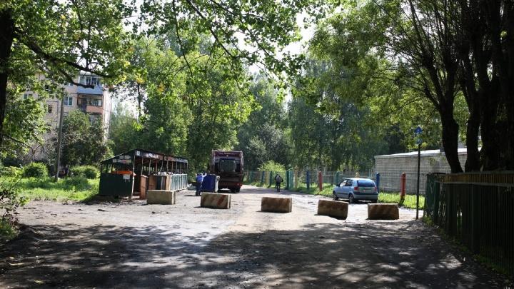 Водители против родителей: жители Брагино разругались из-за перекрытых дорог