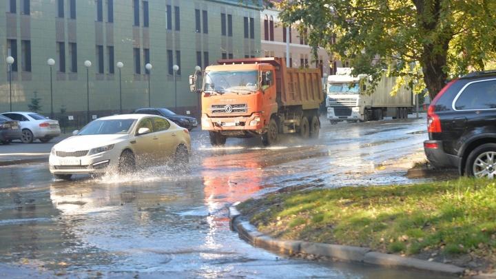Проезжая часть превратилась в реку: улицу Гагарина затопило холодной водой