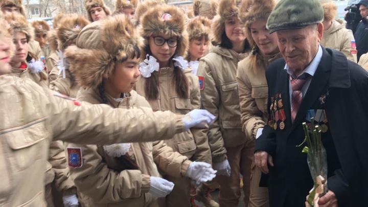 В Самарской области юнармейцы поздравили ветеранов мини-парадами