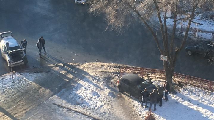 «Здесь часто бьются»: в Волгограде легковушка после ДТП вылетела на тротуар