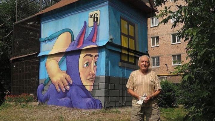 Художник из Севастополя посвятил граффити екатеринбуржцу, который полвека ухаживает за голубями