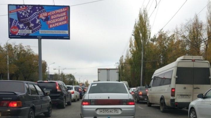 «Стоит намертво»: Кировский район Волгограда сковало гигантской пробкой