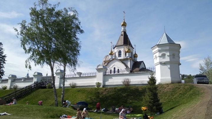 Зеленый газон на изумительной набережной в Удачном приходит в негодность