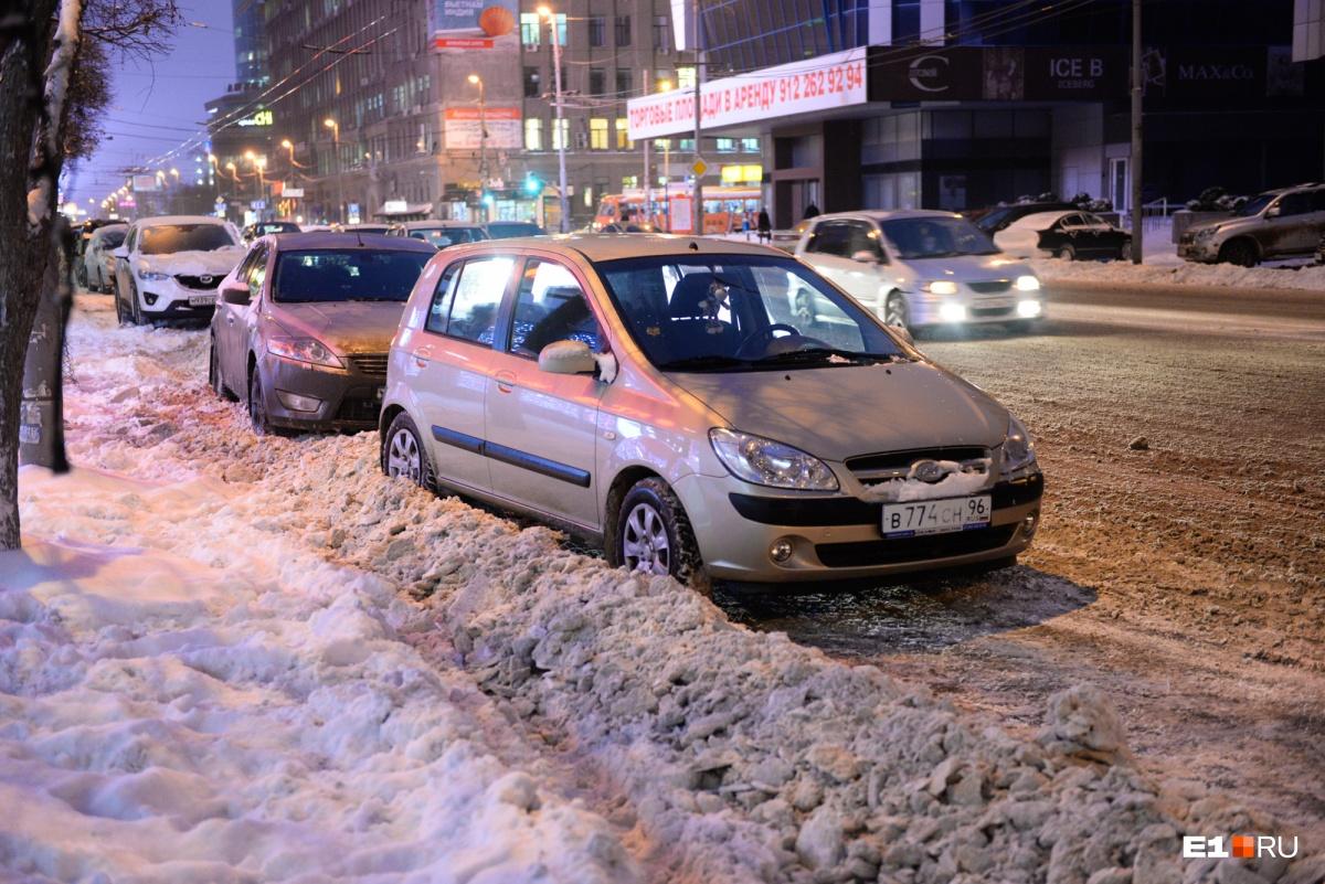 Снегоуборочные машины наметают по краям улицы брустверы, и их размеры и расположение также регламентированы
