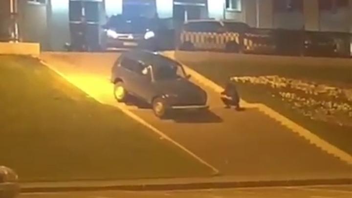 Аттракцион на Телецентре: в Уфе сняли на видео, как автомобилист на «Ниве» скатился по лестнице