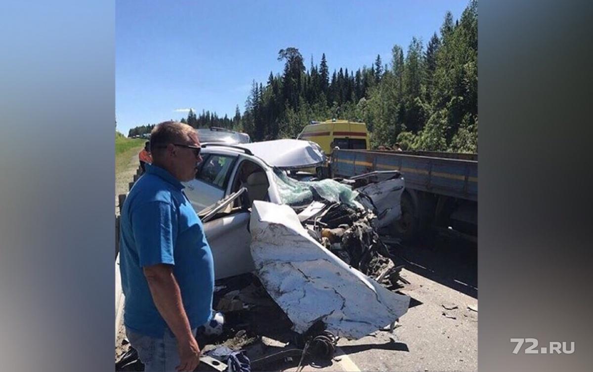 В аварии погибла водитель легковушки. Две пассажирки находятся в реанимации. Семье священника удалось чудом выжить в страшном ДТП